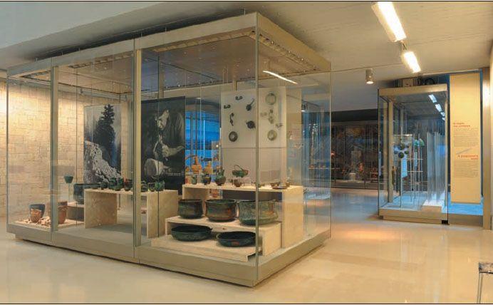 11: Αρχαιολογικό Μουσείο Ιωαννίνων  Βρίσκεται στην κεντρική πλατεία των Ιωαννίνων στο πάρκο Λιθαρίτσια. Περιλαμβάνει ευρήματα από ολόκληρη την Ήπειρο από την παλαιολιθική εποχή μέχρι και τους υστερορωμαϊκούς χρόνους. Θα θαυμάσετε την σημαντική συλλογή από χάλκινα σκεύη, αντικείμενα μικροτεχνίας του 13ου αιώνα, υπέροχα εκθέματα από την Δωδώνη, νομίσματα ηπειρωτικών και άλλων αρχαίων ελληνικών πόλεων, ευρήματα από τις ανασκαφές της αρχαίας Αμβρακίας, της σημερινής Άρτας κ.α.