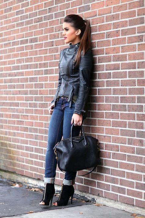 Den Look kaufen: https://lookastic.de/damenmode/wie-kombinieren/bikerjacke-schwarze-enge-jeans-dunkelblaue-stiefeletten-schwarze-shopper-tasche-schwarze/2905 — Schwarze Leder Bikerjacke — Schwarze Shopper Tasche aus Leder — Schwarze Wildleder Stiefeletten — Dunkelblaue Enge Jeans