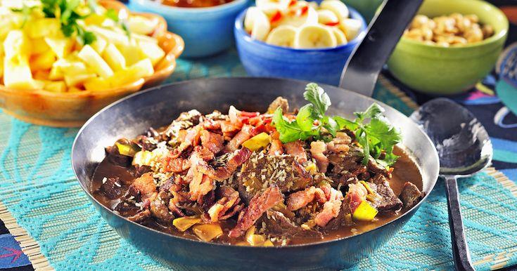 Allt gott i samma gryta! Här maxar vi smakerna på lövbiffen med bacon, curry och kokos. Servera med ananas, banan och jordnötter och du är hemma!