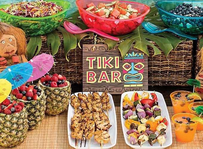 Completa la decoración de tu fiesta temática hawaiana con este tip. Utiliza fruta y comida para crear una mesa de colores exóticos. #party #hawaiana