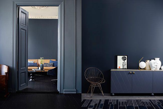 Jotun LADY 1001 Eggehvit LADY 4477 Deco Blue på veggen med sofa. LADY 4618 Kveldshimmel i front og LADY 4744 Sophisticated Blue til ...