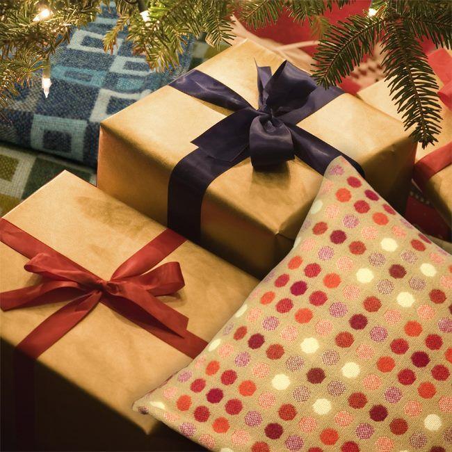 Vårt julegavetips! Mønsteret Mondo Oransje er svært flott og finnes både som pute og pledd. Se disse og flere på www.kvalishop.no