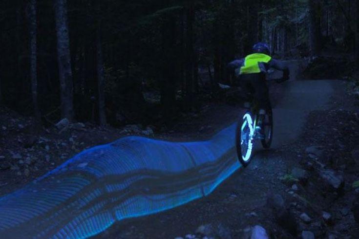 In un video giochi di luce applicati alle ruote della bici: il movimento in notturna diventa arte