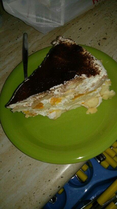 Nepečený piškotový dort s mandarinkami posypaný grankem, krém ze zakysané smetany, smetany s vysokým procentem tuku a moučkového cukru