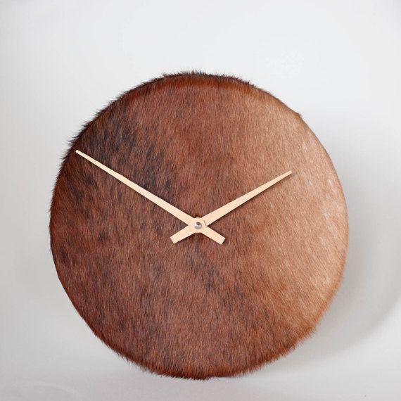 Ausgefallene Uhr aus Rinderfell.  Gefunden bei Etsy.