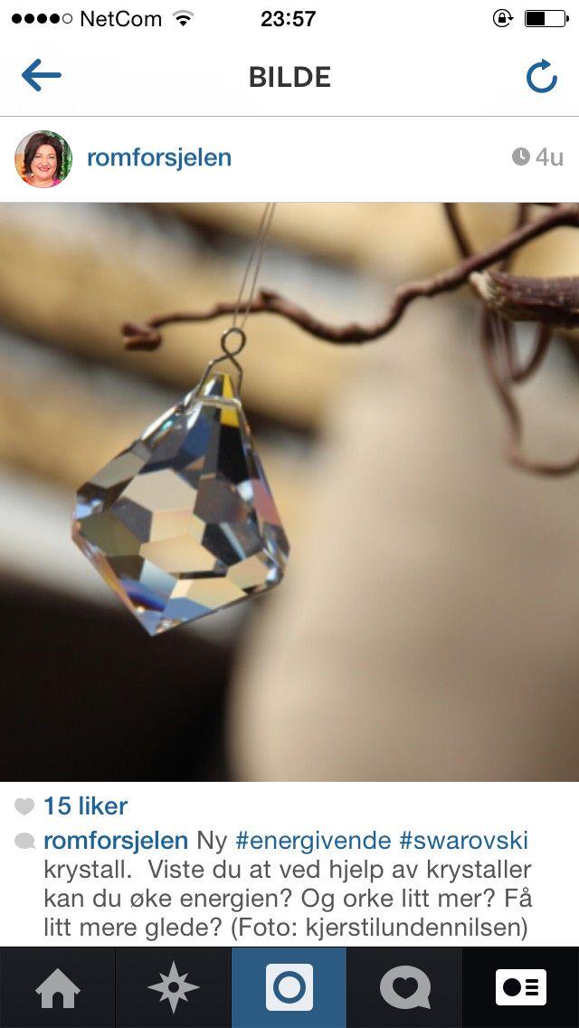 Nydelig diamant swarovski krystall. Når solen skinner på den, kastes det regnbuefarger ut i rommet.