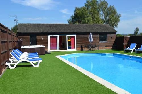 The Pool House @ Upper Farm Henton Chinnor Set in Chinnor, The Pool House @ Upper Farm Henton offers self-catering accommodation with free WiFi. The property is 25 km from Oxford and free private parking is offered.