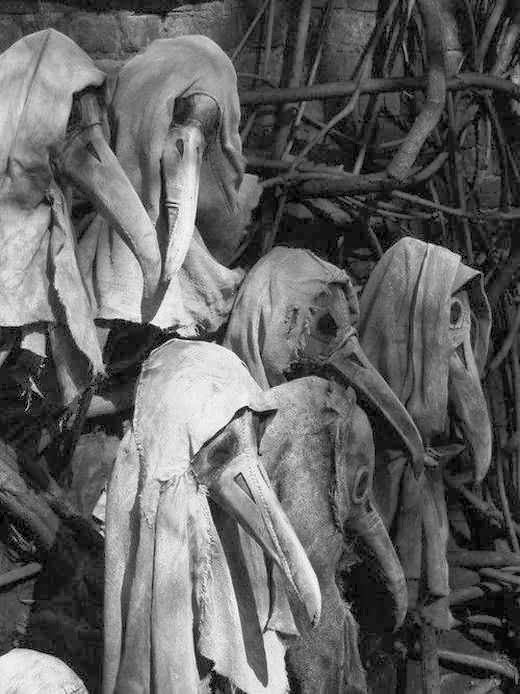 Máscaras usadas por los médicos en Europa durante las epidemias de la peste. Los picos contenían sustancias aromáticas.  Read more: http://www.husmeandoporlared.com/2014/02/antiguos-tratamientos-medicos-fotos.html#ixzz2uT7wsRPz