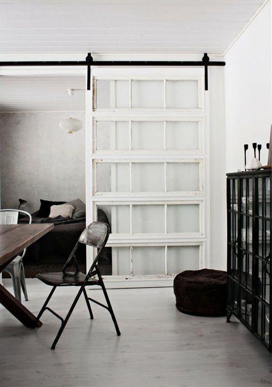 väggskärm av gamml port eller stora fönster, som man kan dra fram och tillbaka över ett rum.
