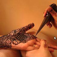 Henna - No Oriente Médio este jeito de arte corporal é denominado Mehendi.Uso mais comum nos dias de festas ou por simples vaidade. Em países como Marrocos, Mauritânia, Egito e Sudão pode-se ver como as noivas enfeitam seu corpo com Henna. Lembrando o velho uso nos desertos, o mais comum é desenhar nos pés e nas mãos.