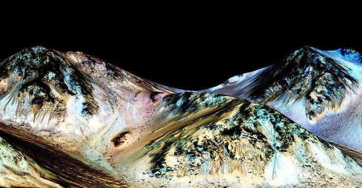 23/27CORRIENTES DE AGUA LÍQUIDA EN MARTELa NASA ha confirma la existencia de corrientes de agua liquida en Marte. En la imagen se muestran surcos y cañones (en azul) dejados por los torrentes mas recientes