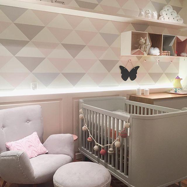 Que linda essa parede! E a combinação? Rosa r cinza é minha paixão! Quarto de bebê super original e fora do padrão. Amo!