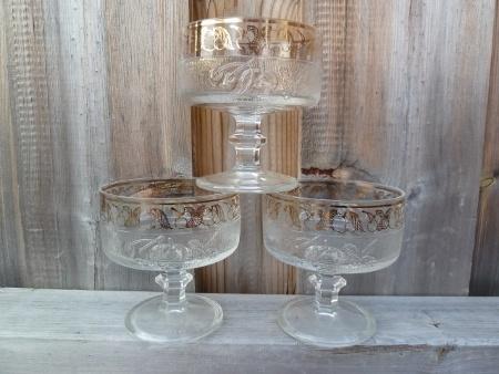 Nydelige gamle dessertskåler i glass med gulldekor.