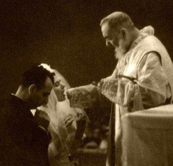 Caro Padre Pio, io sono debole ho bisogno del tuo aiuto, del tuo conforto, Ti prego fai la benedizione a tutta la gente, ai miei amici, alla mia famiglia , anche me.