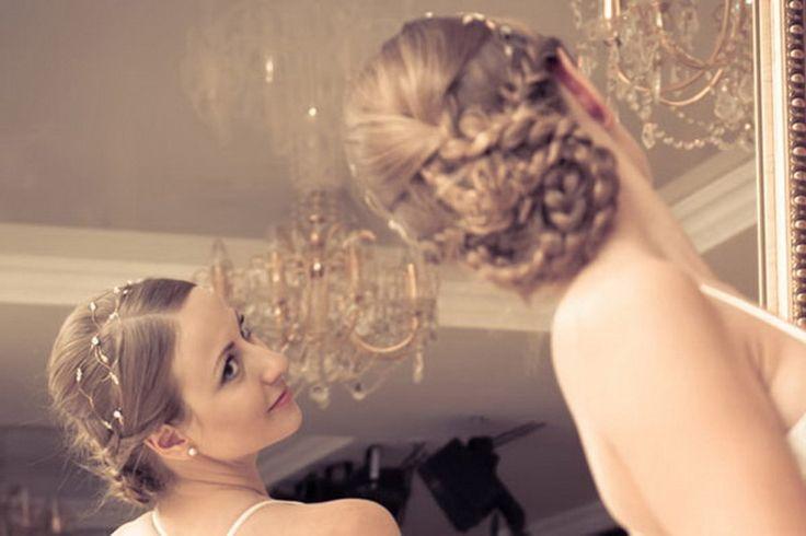 3 1 0 0 0 579 Le chignon est une coiffure incontournable pour toutes les grandes occasions. Les chignons flous désordonnés en apparence sont parfaits pour une coiffure de mariage…
