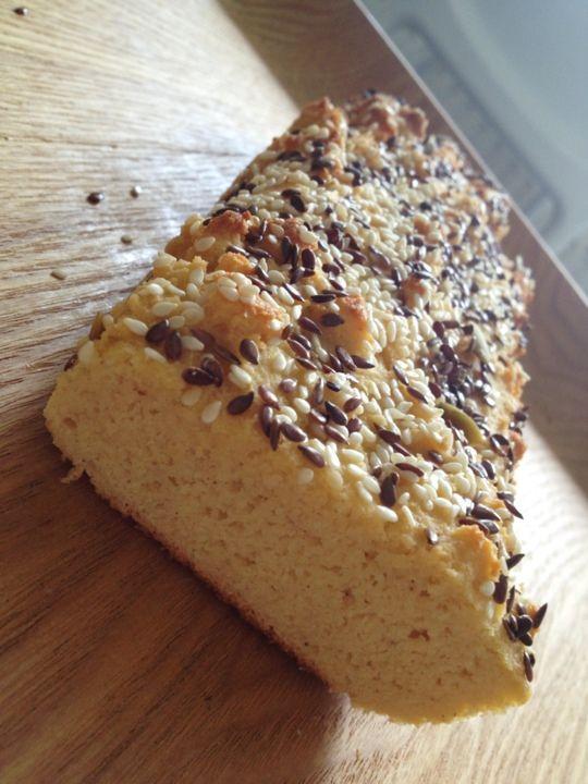 Om man tröttnar på fröbröd med ost, är detta brödet ett alternativ. Det blir som ett ljust bröd. Jag skivar och lägger in i frysen. Sen är det bara att rosta! Glutenfritt kokosbröd 50 gram smält smör 5 ägg 1 dl kokosmjöl 1 msk fiberhusk 1 tsk bakpulver Topping: Sesamfrön/linfrön Gör såhär: Sätt ugnen på