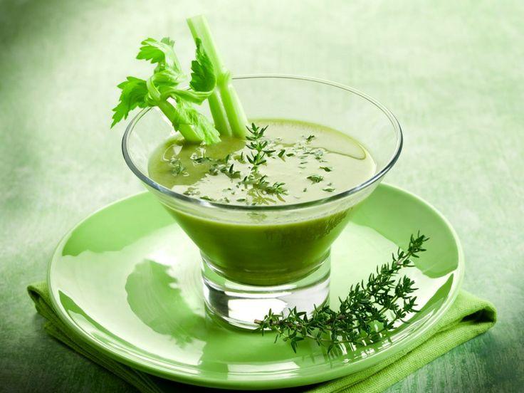Il #gazpacho verde è una delle tante versioni dell'originale #ricetta spagnola. Si tratta di una crema estiva a base di #cetriolo, fresca e leggera, ottima fredda, ideale come #antipasto e perfetta per un #brunch: http://www.saporie.com/it/doc-s-135-13580-1-gazpacho_verde.aspx