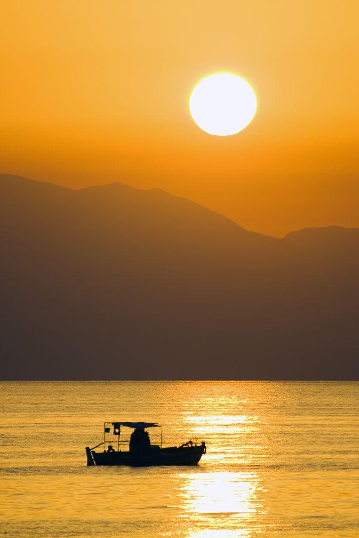 Wat een prachtige zonsondergang! Op Corfu kan je genieten van de mooiste zonsondergang ☀ Neem een kleedje, een picknickmand en een heerlijke fles wijn mee naar het strand en geniet🍸. Gezellig met een groepje vrienden of romantisch met jouw geliefde. Dit maakt een vakantie toch helemaal perfect?! https://ticketspy.nl/deals/yeeey-8-dagen-naar-het-zonnige-corfu-3-hotel-ontbijt-va-e252/