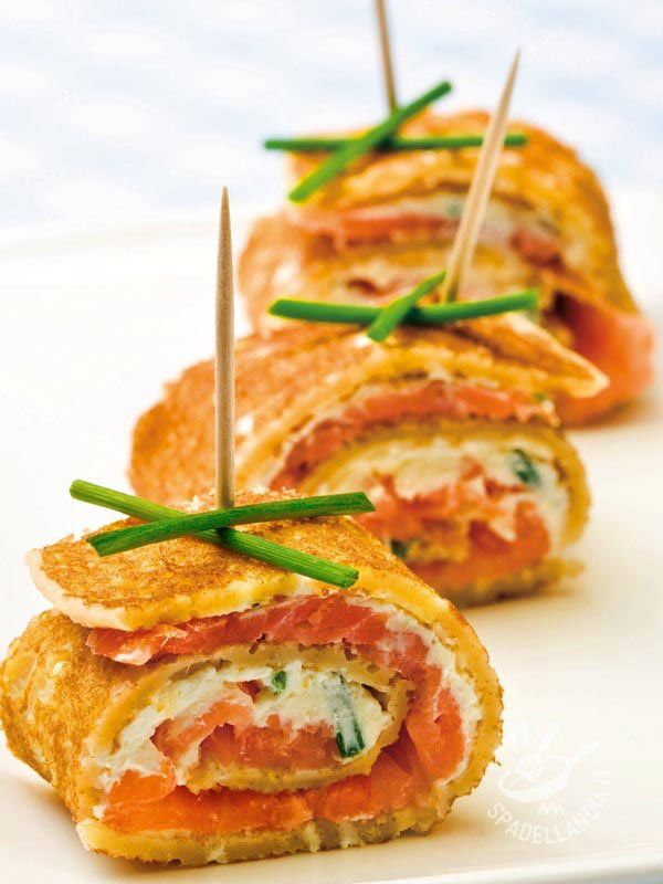 Porridge stuffed chickpeas - Si chiama Farinata di ceci farcita al salmone, ma una volta tagliata a striscioline si trasforma in tanti rotolini con formaggio fresco e salmone! #farinatadiceci