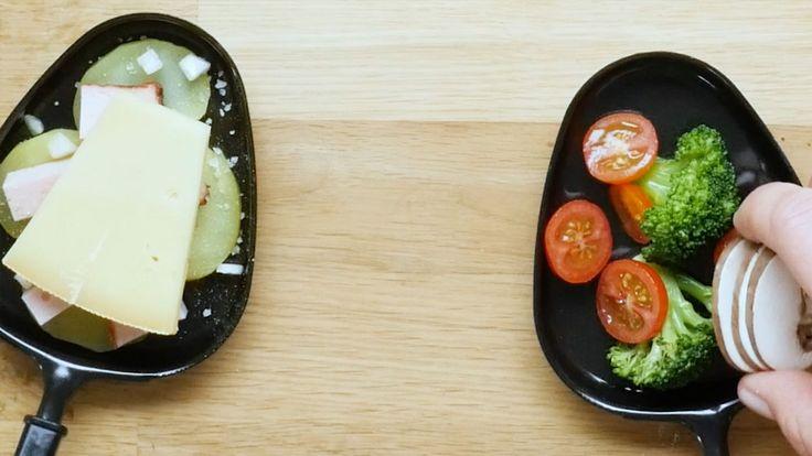 Tomaten und Champignons in Scheiben schneiden. Gemeinsam mit den Brokkoli-Röschen in das Raclette-Pfännchen geben und mit Salz und Pfeffer würzen. Eine halbe Scheibe Raclette-Käse drauflegen und zuletzt die Pinienkerne drüberstreuen.