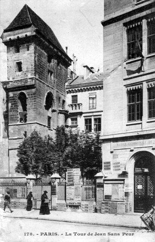 La Tour Jean sans Peur, située rue Etienne Marcel dans le 2ème arrondissement, est nommée ainsi en souvenir de Jean sans Peur, duc de Bourgogne et propriétaire de l'hôtel de Bourgogne. Cet édifice se trouvait contre l'enceinte de Philippe Auguste, il fut agrémenté de la tour au début du 15ème siècle. Jean sans Peur meurt assassiné en 1419, puis l'hôtel de Bourgogne est confisqué en 1477 à la mort de son petit fils Charles le Téméraire.