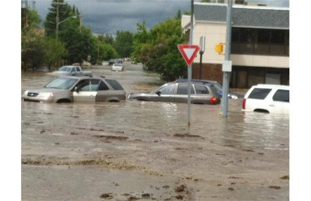 Herald journalists' vehicle overtaken in High River flooding (with video)