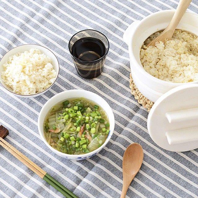 #4コマレシピ 『からだもポカポカ、生姜の中華風スープ』   hokuoh_kurashi#4コマレシピ 『体ぽかぽか、生姜の中華風スープ』 [1]鍋に桜えびと水600mlを入れ10分程度おき、桜えびをもどしておく。 [2]皮をむいて千切りにした生姜を加えて中火にかける。 [3]沸騰したら、2〜3mm幅に千切りした白菜と、水でさっと洗った春雨を加える。4〜5分、白菜に火が通るまで煮たら醤油を加え、味見をして塩味を整える。 [4]器によそったら胡麻油をたらし、小口切りにしたわけぎをトッピングしたら、出来上がり! □用意する材料(2〜3人前) ・生姜…30 g ・乾燥桜えび…8 g ・白菜…300g ・春雨…15g ・しょうゆ…大さじ1 ・わけぎ、胡麻油、塩…適量