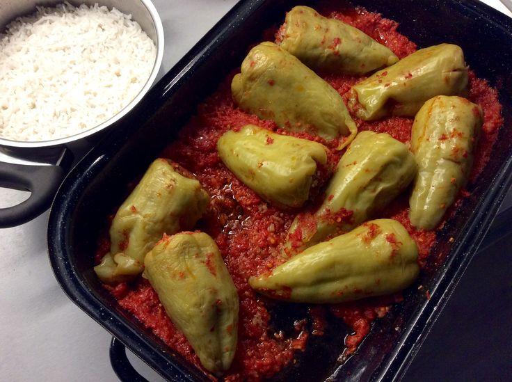 Plněné papriky s rajčatovou omáčkou a rýží