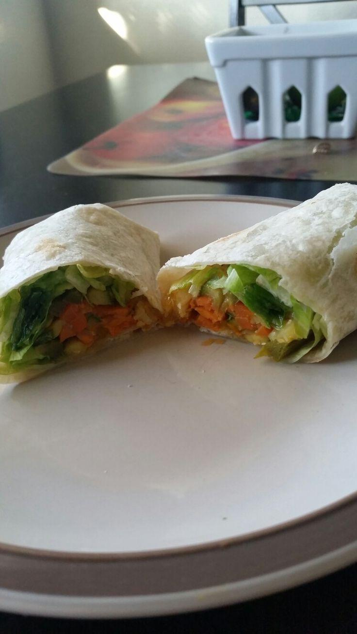 Burrito vegetariano, de lechuga,jitomate cebolla Chile morrón  verde, amarillo,csmote, aguacate, coliflor, calabaza  y brocoly  Blchch