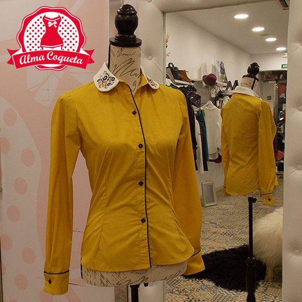 Camisa en color mostaza, con el cuello de algodón bordado a mano. Remates en vivo negro de algodón en la botonadura y en el puño. Es una camisa súper especial, hecha toda a mano, como todos las prendas de Killing Couture, sienta estupéndamente y podrás combinarla tanto con pantalones como faldas, incluso con pichis, como es el caso del Pichi negro de Killing Couture..#moda #camisa #fashion #retro  #amarillo #mostaza #borddado #botones #negro #almacoqueta #leonesp #otoño #invierno