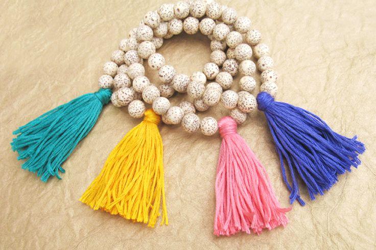 MECHÓN: Borlas o cordoncillos colgantes que sirven de adorno a muebles, cortinas o prendas. Es un adorno compuesto por una serie de hilos o cordoncillos colgantes como tira de tela o pasamanería.                                                                                                                                                     Más