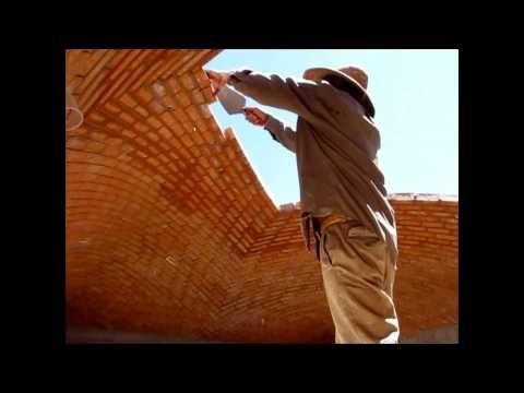 Albañiles que desafian la gravedad, Impresionante construcción de una Bóveda Catalana - YouTube