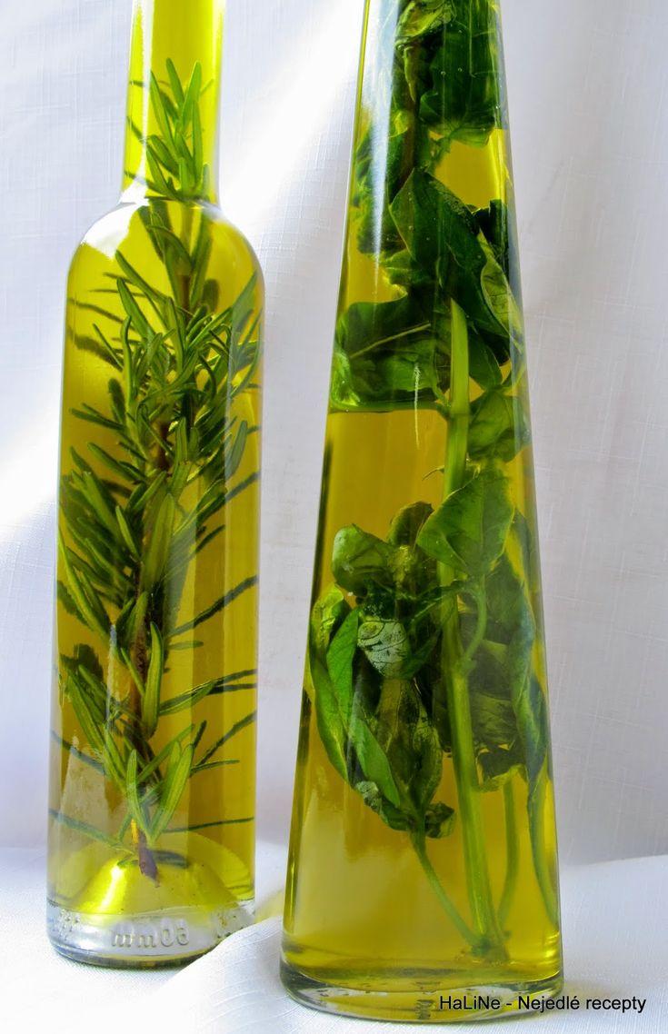 Bylinkový olej - bazalkový a rozmarýnový olivový olej snítky bylinek Jak na to   - do čistých lahví narovnat snítky bylin...