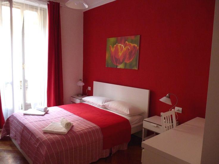 La Camera Tulipano dispone di letto matrimoniale, bagno privato con doccia, phon e kit di cortesia, biancheria, TV a schermo piatto con 2 prese USB, armadio, scrivania, portavaligie, aria condizionata, riscaldamento centralizzato con termovalvole, doppi vetri, prese elettriche universali italiane e tedesche (prese schuko), rete wifi e connessione LAN gratuiti.   Il pavimento è in parquet ...  #B&B #Turin #Italy #Torino