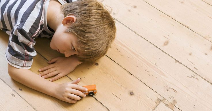 Cómo hacer tu propia pista de carreras de alfombras para niños . A algunos niños les gusta jugar con autos de juguete y pistas de carreras. Puedes crear un circuito sencillo y de bajo costo para tu hijo, con fieltro y pegamento de tela. Este tipo de pista también sirve como alfombra, lo que significa que puedes decorar la habitación de tu hijo al tiempo que le das un lugar único y creativo para jugar. El tamaño ...
