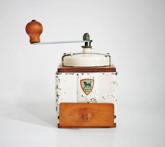 Belle Vintage Français Peugeot Freres moulin à café en métal peint et bois, avec bac de récupération, Circa 1940 -1950, fait en France.