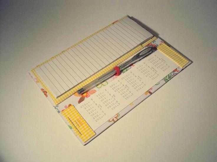 Porta-bloco com calendário magnético.