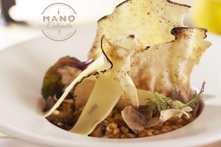 Vuelta al Mundo Risotto de setas aromatizado con garam masala, acompañado de carne  de res braseada y papads crocantes.