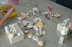 Knutselen: Doosje beplakken met gevonden schelpen van de vakantie.
