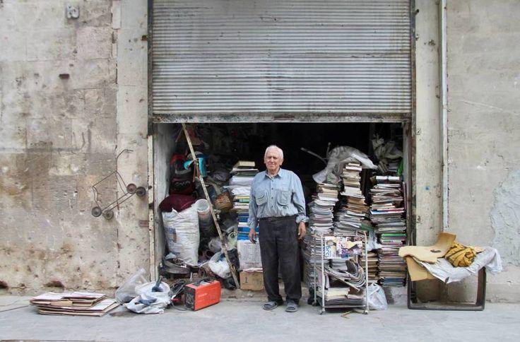 El librero de Alepo que no cerró en toda la guerra https://blogs.elconfidencial.com/mundo/mondo-cane/2017-11-14/el-librero-de-alepo-que-no-cerro-en-toda-la-guerra-y-otras-historias-de-un-regreso-a-siria_1476934/ …