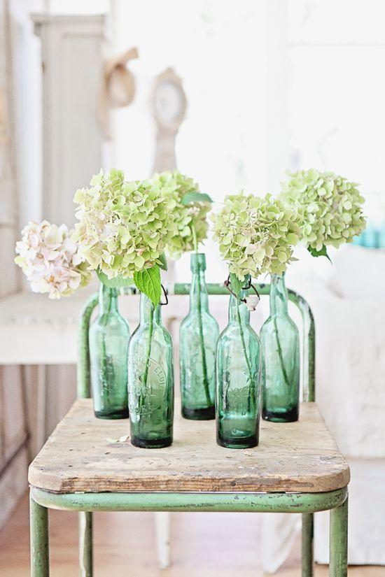 Donner un esprit brocante à votre intérieur en accumulant quelques bouteilles anciennes.