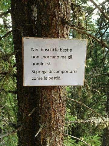 En los  bosques los animales no ensucian pero los hombres sí.  Se ruega comportarse como los animales.