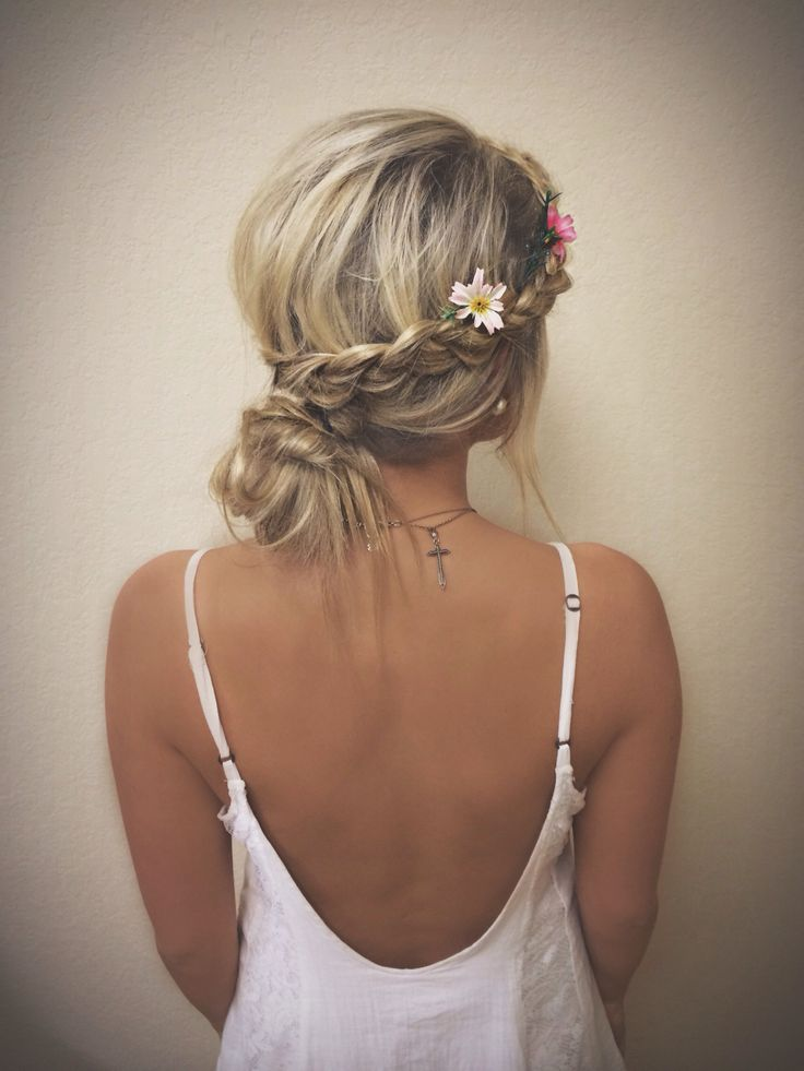 Messy low bun with braids and flowers //