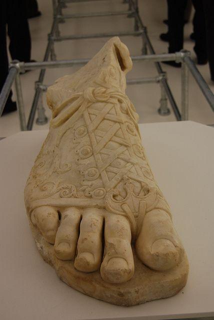 Το «ελληνικό πόδι» είναι ο όρος που χρησιμοποιείται στη γλυπτική για να περιγράψει την κατάσταση κατά την οποία το δεύτερο δάχτυλο του ποδιού είναι μεγαλύτερο από το μεγάλο δάχτυλο.Μάλιστα