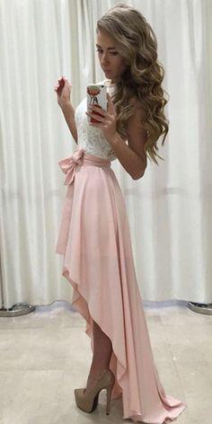 es un vestido de los que se estan poniendo de moda corto de enfrente y largo de atras color blanco con rosa palido