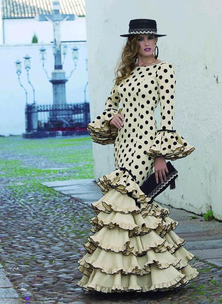 Traje de Flamenca modeloFeria.Este modelo, perteneciente a la colección 2017-2018 de Creaciones Mari Cruz, es de corte muy ceñido y ajustado, que realza la figura, y está rematado con mangas muy flamencas con volantes grandes llenos de movimiento.Fabricado en Sevilla, España. Todos los diseños de Mari Cruz son fabricados artesanalmente, por eso tiene un tiempo defabricación de 30 días laborables.  El precio es sólo del vestido. No incluye los complementos.