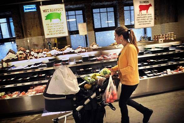 Beleidsbrief Duurzame Voedselproductie aan TK: 11-07-2013  Het bedrijfsleven, verenigd in de 'Alliantie Verduurzaming Voedsel', en het ministerie van Economische Zaken hebben afspraken gemaakt om voedsel tussen nu en 2020 duurzamer te maken. Dan moet al het voedsel dat in Nederland verkrijgbaar is een stuk duurzamer geproduceerd en gedistribueerd zijn. Het gaat om voedsel dat geproduceerd is met meer aandacht voor milieu, mens (fairtrade) en dier (dierenwelzijn) en minder…