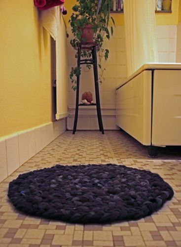 I gather from the pictures(site in German) this bathmat was made from stockings - one of my old favourite pastimes (now have to take up wearing them again just so I can do this).