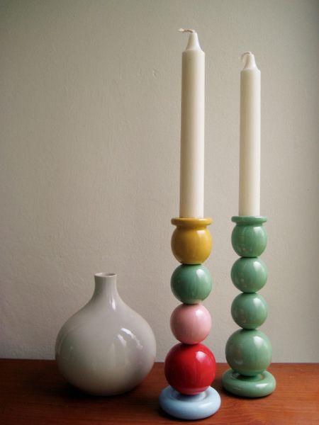 Handgefertigter Kerzenständer aus bunten, handbemalten Holzperlen.    Farbtöne:    · bunt gemischt (Gelb, Mint, Rosa, Himbeere, zartes Hellblau)  · Mi