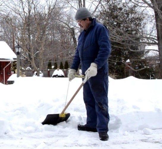 雪かきって中腰にならなければならず、大変ですよね…。ですが経った1本の紐でその悩みが解消されます!これであなたも雪かきマスター!?